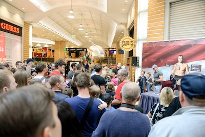 Simtiem cilvēku tiek pie boksa čempiona Maira Brieža autogrāfa